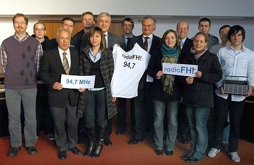 Bürgermeister Uli Hess gab den offiziellen Startschuss für das Campus-Radio radioFH. Foto: Stadt Meschede