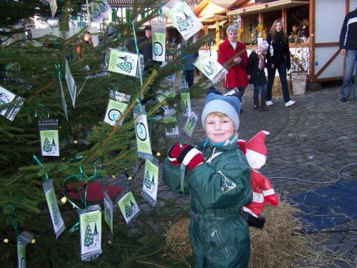 Foto: Lose an den Baum hängen und gewinnen - Das können auch kleine Weihnachtsmänner ...