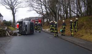 Wenden: Kindergartenbus mit acht Kindern umgestürzt!