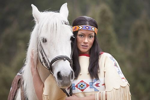 Photo of Elspe: Radost Bokel reitet als Nscho-tschi in der diesjährigen Winnetou-I-Inszenierung