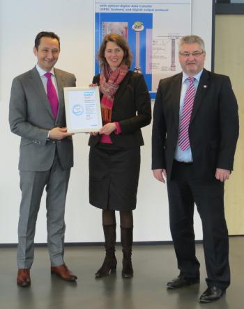 Verleihung CrefoZert an Dr. Sarah Schniewindt und Herrn Gerhard Barth (Kfm. Leiter) durch Ernst Riegel (Creditreform)