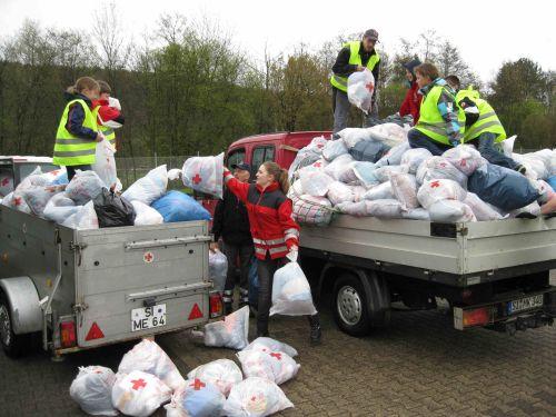 Foto: : Helferinnen und Helfer unserer Rotkreuzgemeinschaft Irmgarteichen beim Verladen der Kleidertüten.