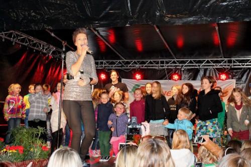 Besonders die kleinen Besucher waren von dem Auftritt der Schlagersängerin Anna - Maria Zimmermann begeistert. Fotos:Andrea Schreiber