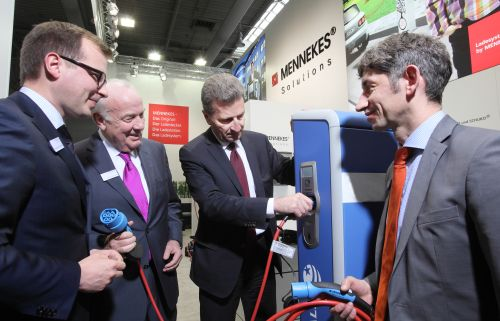Foto: Christopher Mennekes (Geschäftsführender Gesellschafter), EU-Energiekommissar Günther Oettinger, Walter Mennekes (Geschäftsführender Gesellschafter) und Volker Lazzaro (Geschäftsführer Technik und Innovation)