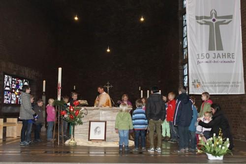 Alle Kinder durften gemeinsam das Vater unser am Altar beten