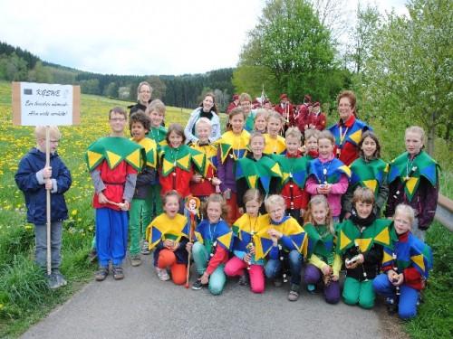Die Grundcshüler der örtlichen Grundschule Welschen Ennest mit ihren Lehrern.