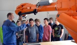 Realschule Bestwig: Junge Tüftler begutachten echte Industrieroboter