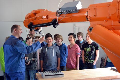 Photo of Realschule Bestwig: Junge Tüftler begutachten echte Industrieroboter