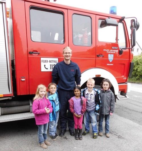 Einige der Maxi-Kinder mit Brandschutzerzieher Andre Stecken.