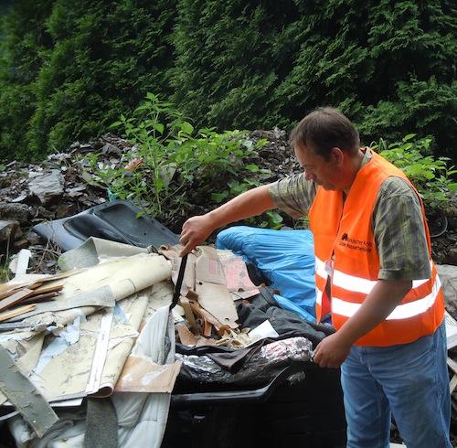 Dieter Pohl vom Märkischen Kreis sucht nach Hinweisen auf den Verursacher der Müllkippe, Foto: Volkmann/Märkischer Kreis