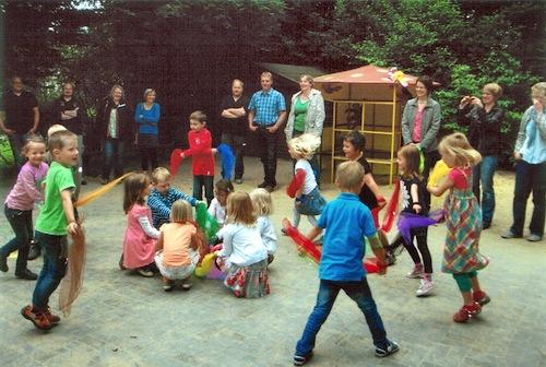 Hochkonzentriert waren die 15 Schulkinder des Städtischen Kindergartens Grevenstein bei ihrem Tüchertanz. Foto: Städtischer Kindergarten Grevenstein