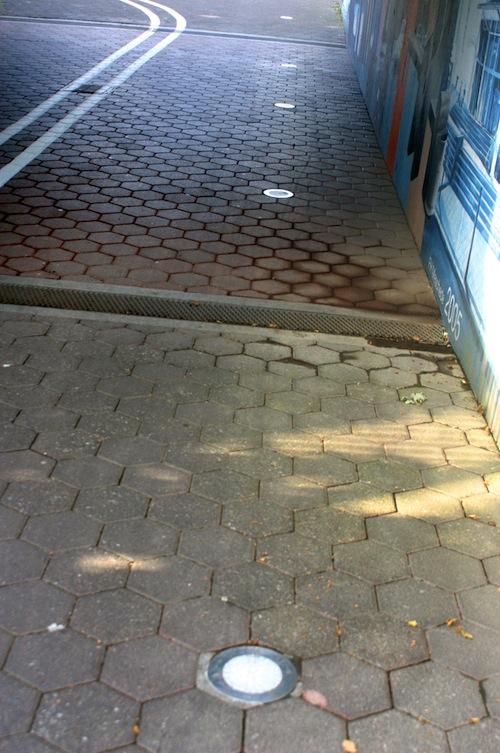 Zerstörungen in der Unterführung: Bislang unbekannte Täter haben dort am Wochenende die Bodenlampen beschädigt. Die Stadt Meschede hat eine Belohnung auf sachdienliche Hinweise ausgesetzt. Foto: Stadt Meschede