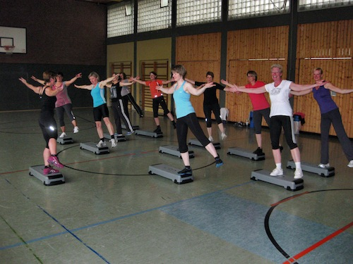 Die Aerobic-Gruppe von Iris Schleißmann-Dicks beim Training (Foto: TuS Müschede 07 e.V.)