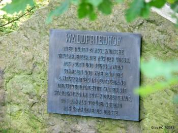 Gedenktafel auf dem Waldfriedhof .
