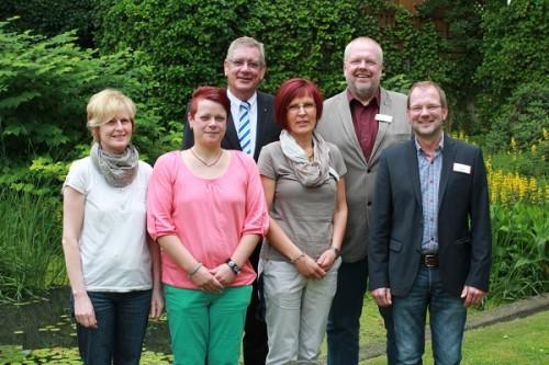 Ute Griese, Sarah Reuter, Dagmar Langenohl, Uwe Beul und Uli Mertens (v.l) freuten sich, dass sich  Arndt G. Kirchhoff (3.v.l) als offizielle Wegbegleiter des Camino zur Verfügung stellt.