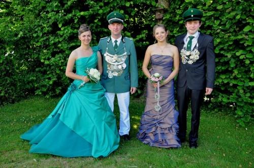 Die amtierenden Majestäten aus  Welschen Ennest - Königsparr Elenie & Frank Hanses sowie Jungkönigspaar Kira Klein & Marian Dömer