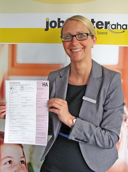 Martina Dierks, zuständig für den Bereich Leistung im Jobcenter, stellt die neuen Anträge vor. Foto: Elisabeth Bormann/AHA