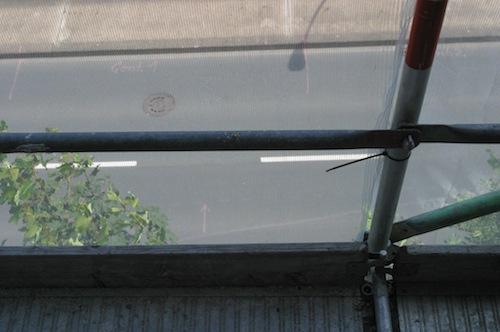 Der Steilhang direkt an der Straße und der Bahntrasse macht besondere Sicherungsmaßnahmen notwendig. Foto: Erkens/Märkischer Kreis