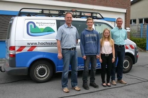 Die beiden Geschäftsführer Christoph Rosenau (li.) und Robert Dietrich (re.) begrüßten die neuen Auszubildenden Robin Pohl und Vanessa Kohlmann bei der Hochsauerlandwasser GmbH. Foto: Pressestelle HSW