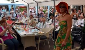 """""""Wir reisen in die 60er"""": Diakoniezentrum feierte Sommerfest"""