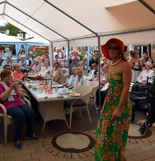 """Photo of """"Wir reisen in die 60er"""": Diakoniezentrum feierte Sommerfest"""