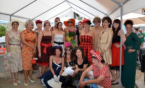 Ein toller Anblick und ein tolles Team - die Mitarbeitenden des Diakoniezentrums Oestrich trugen mit ihrer Modenschau zum großen Erfolg des Sommerfests bei (Quelle: Diakonie Mark-Ruhr gemeinnützige GmbH).