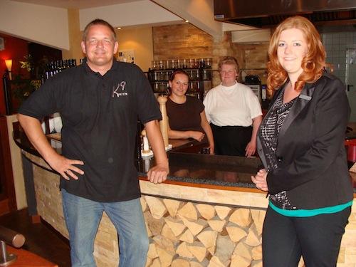 Matthias Meerfeld, Geschäftsführer Hotel Westenholz, (v.l.) und seine Chefköchin Christina Koch freuen sich über die Unterstützung durch Christina Schumacher, die erfolgreich von Britta Landermann vom Jobcenter vermittelt wurde (Foto: Kreis Soest).