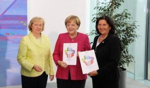 Landrätin überreicht Kanzlerin Integrationskonzept