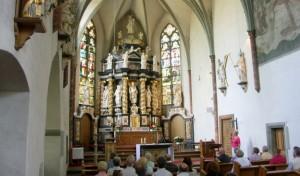 Barocker Hochaltar in gotischer Klosterkirche.