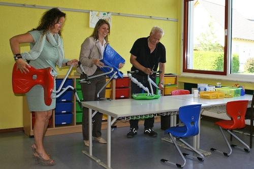 Hausmeister Rüdiger Fischer packte gerade die neuen Stühle für die OGS-Kinder aus, als Bürgermeisterin Christa Schuppler und Schulleiterin Anke Höfer-Heide zu Besuch kamen (Foto: Gemeinde Wilnsdorf).