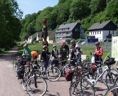 Bei einheimischen und auswärtigen Fahrradfahrern gleichermaßen beliebt: der Ruhebereich an der Jägerbrücke (Quelle: Stadt Arnsberg).