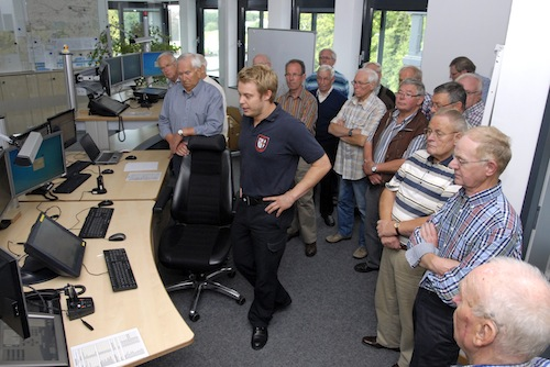 Disponent Boris Surendorf erläuterte den Besuchern aus Warstein die Arbeit der Kreisleitstelle (Foto: Wilhelm Müschenborn/Pressestelle Kreis Soest).