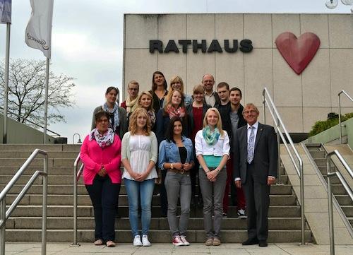 Bürgermeister Dr. Peter Paul Ahrens (r.), Personalbereichsleiter Christian Geis (hinten r.) und Ausbildungsleiterin Carmen Malkus (hinten l.) begrüßten die neuen Auszubildenden im Iserlohner Rathaus (Quelle: Stadt Iserlohn).
