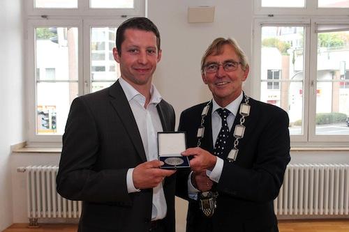 Roosters-Kapitän Michael Wolf nahm die Duisberg-Plakette von Bürgermeister Dr. Peter Paul Ahrens entgegen (Quelle: Stadt Iserlohn).