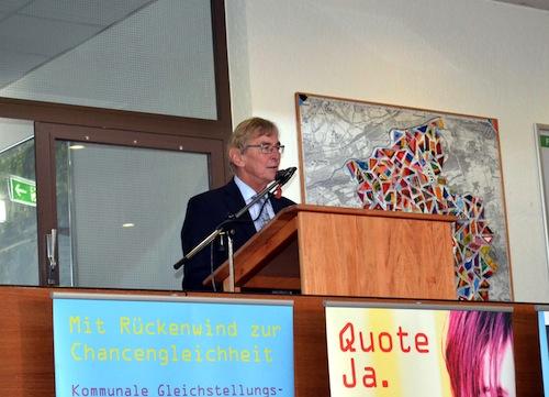 """Bürgermeister Dr. Peter Paul Ahrens eröffnete die Ausstellung """"25 Jahre Lust auf Gleichstellung"""" im Iserlohner Rathausfoyer (Quelle: Stadt Iserlohn)."""