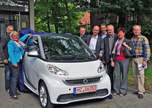 Klein und leise – aber oho! Der E-Smart, der demnächst im Stadtgebiet unterwegs sein wird, wurde symbolisch von Vertretern der Stadt Lippstadt und einigen Sponsoren enthüllt (Quelle: Stadt Lippstadt).