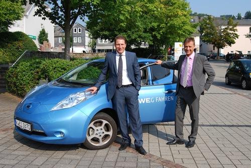 Test bestanden! Nach einer Testphase von sechs Wochen zeigte sich Neunkirchens Bürgermeister Bernhard Baumann im Gespräch mit Peter Imhäuser, Leiter RWE-Kommunalbetreuung Siegen, begeistert von dem zur Verfügung gestellten Fahrzeug (Quelle: Gemeinde Neunkirchen).