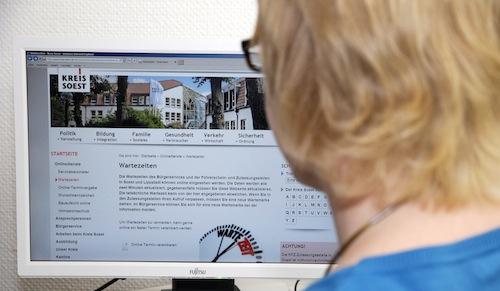 Auf der Internetseite des Kreises Soest können Bürgerinnen und Bürger seit kurzer Zeit die aktuellen Wartezeiten des Bürgerservice und der beiden Zulassungs- und Führerscheinstellen in Soest und Lippstadt einsehen. Alle zwei Minuten werden die Daten aktualisiert (Foto: Judith Wedderwille/Kreis Soest).