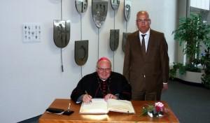 Weihbischof trägt sich ins Goldene Buch ein