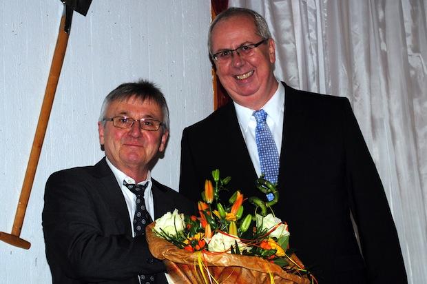 Engagierte Arbeit für junge Menschen und den Schulstandort Bestwig: Bürgermeister Ralf Péus dankte Toni Franken für sein Wirken an der Hauptschule Bestwig (Foto: Gemeinde Bestwig).
