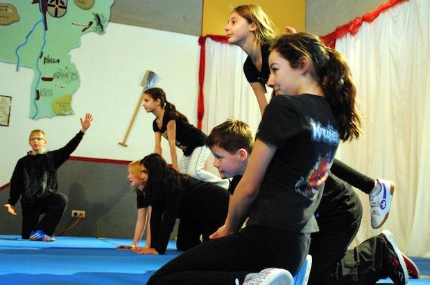 """Mit einem bunten Programm aus Musik, Erinnerungen, Akrobatik und persönlichen Erinnerungen verabschiedeten sich die Schülerinnen und Schüler von """"ihrem"""" Schulleiter Toni Franken (Foto: Gemeinde Bestwig)."""