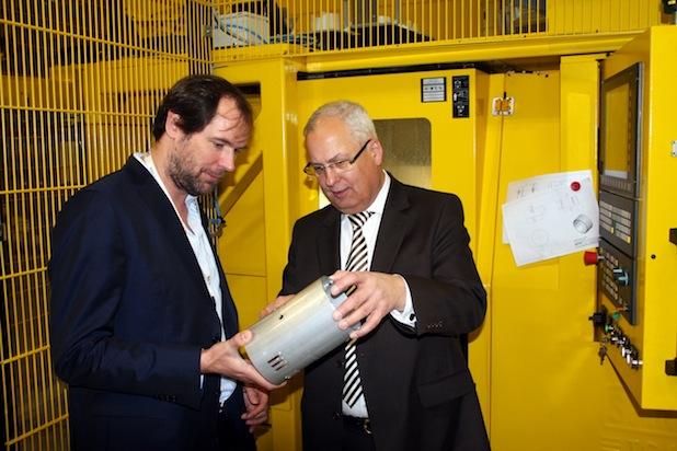 ELPRO-Juniorchef Kai K. Wiegelmann (l.) erläutert Landrat Dr. Karl Schneider die Produktionsschritte eines Strahlers (Foto: Pressestelle HSK).
