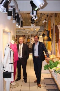 Umrahmt von Mode und Lebensmittelattrappen, die durch entsprechende Beleuchtung in Szene gesetzt werden: Landrat Dr. Karl Schneider (l.) und ELPRO-Juniorchef Kai K. Wiegelmann (Foto: Pressestelle HSK).