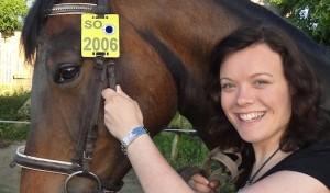 Pferde-Nummernschild trägt 2014 Blau