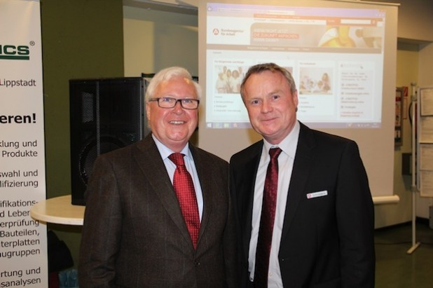Bürgermeister Franz Holtgrewe und Manfred       Schnieders von der Agentur für Arbeit in  Lippstadt eröffneten die Ausbildungsbörse (Fotos: Stadt Geseke).