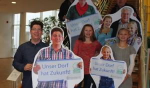 """Lebensgroße Pappfiguren werben für """"Unser Dorf hat Zukunft"""""""