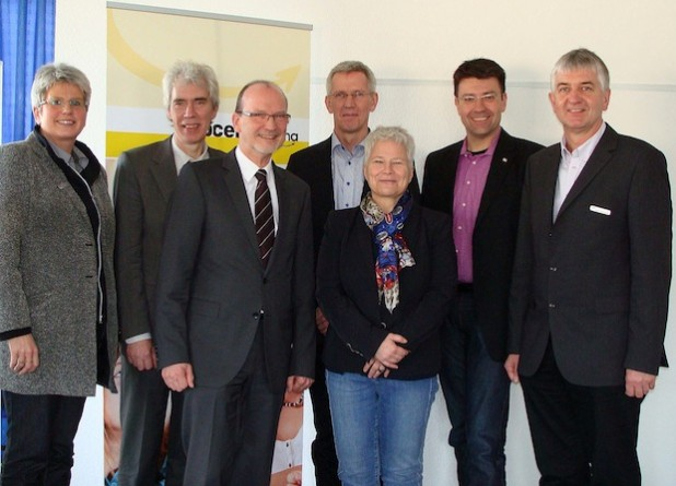 Mit guten Wünschen für den Ruhestand wurde Walter Niggemeier (3. v. l.) von Maria Schulte-Kellinghaus (3. v. r.) als Vorsitzender der Trägerversammlung des Jobcenters Arbeit Hellweg Aktiv (AHA) verabschiedet (Foto: Elisabeth Bormann/Jobcenter AHA).