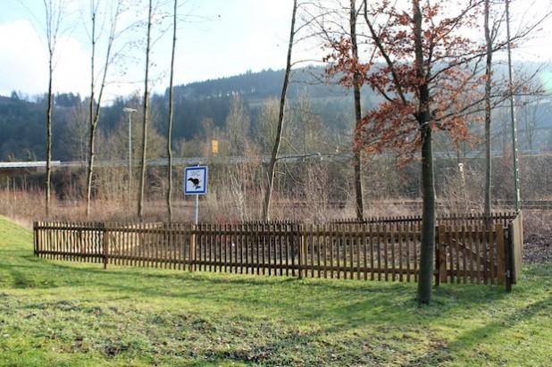 """Seit letztem Jahr befindet sich im Bereich """"Am Zollstock""""/Einfahrt """"Mühlenwiese"""" eine Toilette für Vierbeiner (Foto: Hansestadt Attendorn)."""