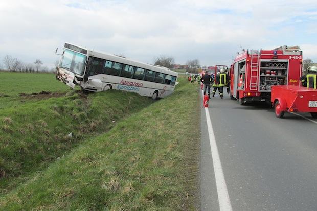 Photo of Ense: Kleinwagen mit Bus zusammengestoßen