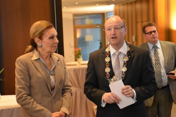 Bürgermeister Michael Esken beeindruckte die Ex-Kaiserin mit seiner englischen Willkommensrede und seiner Krawatte (Foto: Stadt Hemer).